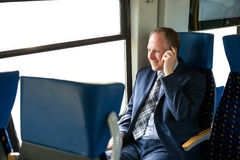 Uomo d'affari che chiama da un treno Fotografia Stock Libera da Diritti