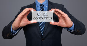 Uomo d'affari che ci mostra a carta con il contatto testo Immagini Stock Libere da Diritti