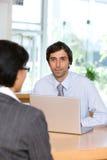 Uomo d'affari che comunica con cliente fotografia stock libera da diritti