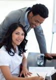 Uomo d'affari che comunica con suo collega Fotografia Stock