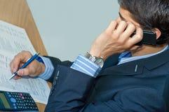 Uomo d'affari che comunica dal telefono mobile Immagini Stock Libere da Diritti