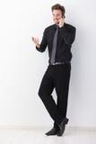 Uomo d'affari che comunica sul sorridere del telefono mobile Fotografie Stock