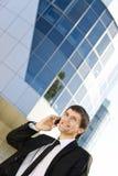 Uomo d'affari che comunica sul telefono mobile Immagini Stock