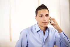 Uomo d'affari che comunica sul telefono mobile Fotografie Stock