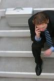 Uomo d'affari che comunica sulla cella fotografia stock