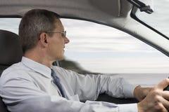 Uomo d'affari che conduce un'automobile Fotografie Stock Libere da Diritti