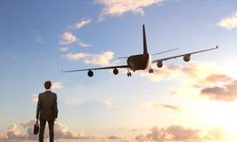 Uomo d'affari che considera aeroplano Fotografia Stock Libera da Diritti