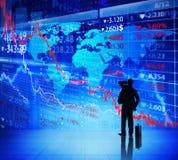 Uomo d'affari che considera il grafico di crisi finanziaria Fotografia Stock