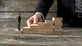 Uomo d'affari che costruisce una scala per un altro imprenditore al cli Fotografie Stock Libere da Diritti