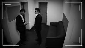 Uomo d'affari che dà busta con soldi al suo partner, dono, annotazione della macchina fotografica del CCTV archivi video