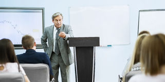 Uomo d'affari che dà una presentazione alla conferenza Concetto di lavoro di squadra Immagine Stock