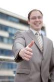 Uomo d'affari che dice benvenuto - stretta di mano Fotografia Stock