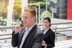 Uomo d'affari che discute a fondo smartphone fotografie stock libere da diritti