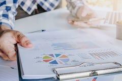 Uomo d'affari che discute i grafici di analisi Fotografia Stock