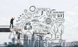 Uomo d'affari che disegna gli schizzi concettuali ecologici Immagini Stock
