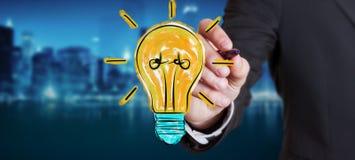 Uomo d'affari che disegna uno schizzo della lampadina Fotografia Stock Libera da Diritti