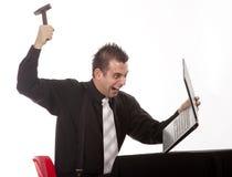 Uomo d'affari che distrugg il suo PC Immagini Stock