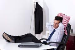 Uomo d'affari che dorme all'ufficio Fotografie Stock