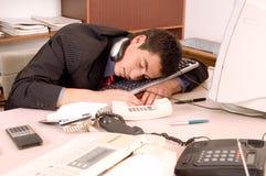 Uomo d'affari che dorme all'ufficio Fotografia Stock Libera da Diritti