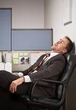 Uomo d'affari che dorme allo scrittorio Immagine Stock Libera da Diritti