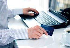 Uomo d'affari che effettua un pagamento della carta su Internet fotografie stock libere da diritti