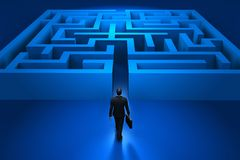 Uomo d'affari che entra nel labirinto Immagini Stock