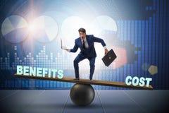 Uomo d'affari che equilibra fra il costo ed il beneficio in conce di affari immagini stock
