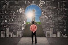 Uomo d'affari che esamina concetto di successo di strategia di marketing Fotografie Stock