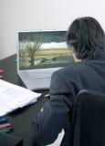 Uomo d'affari che esamina il suo schermo di computer Immagine Stock Libera da Diritti