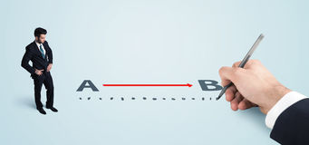 Uomo d'affari che esamina linea rossa dalla a alla b disegnata a mano Fotografia Stock