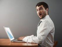 Uomo d'affari che esamina macchina fotografica Immagine Stock