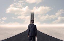 Uomo d'affari che esamina strada 3d che va su nel cielo Immagini Stock Libere da Diritti