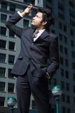 Uomo d'affari che esamina telefono cellulare immagini stock libere da diritti