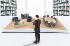 Uomo d'affari che esamina ufficio Fotografie Stock Libere da Diritti
