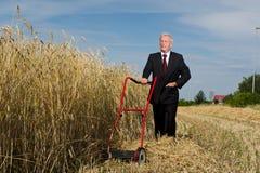 Uomo d'affari che esamina una sfida Fotografie Stock Libere da Diritti