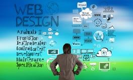 Uomo d'affari che esamina web design Fotografie Stock