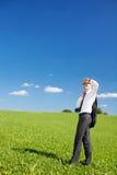 Uomo d'affari che esplora i cieli Fotografia Stock Libera da Diritti