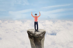 Uomo d'affari che esulta sopra la nuvola all'aperto Fotografia Stock Libera da Diritti