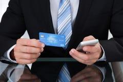 Uomo d'affari che fa attività bancarie online Fotografia Stock Libera da Diritti