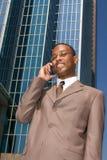 Uomo d'affari che fa commercio fuori dell'ufficio Immagini Stock