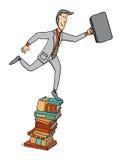 Uomo d'affari che fa un passo su un mucchio dei libri Immagini Stock