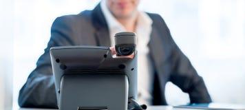 Uomo d'affari che fa una chiamata di telefono Fotografia Stock Libera da Diritti