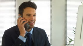 Uomo d'affari che finisce una telefonata archivi video