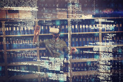 Uomo d'affari che gesturing mentre indossando i vetri di VR 3d nel magazzino dell'archivio fotografia stock