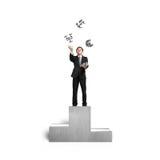 Uomo d'affari che getta e che prende i simboli dei soldi del nastro 3D sul baccello Immagini Stock