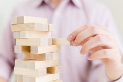 Uomo d'affari che gioca con i blocchi Immagine Stock