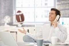 Uomo d'affari che gioca con il gioco del calcio in ufficio Fotografie Stock Libere da Diritti