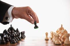Uomo d'affari che gioca il fuoco selettivo del gioco di scacchi Fotografie Stock