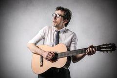 Uomo d'affari che gioca la chitarra Fotografia Stock Libera da Diritti