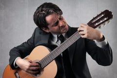 Uomo d'affari che gioca la chitarra Fotografie Stock Libere da Diritti